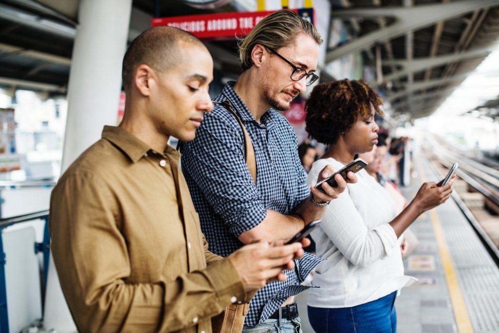 utilisateurs-mobile-exterieur